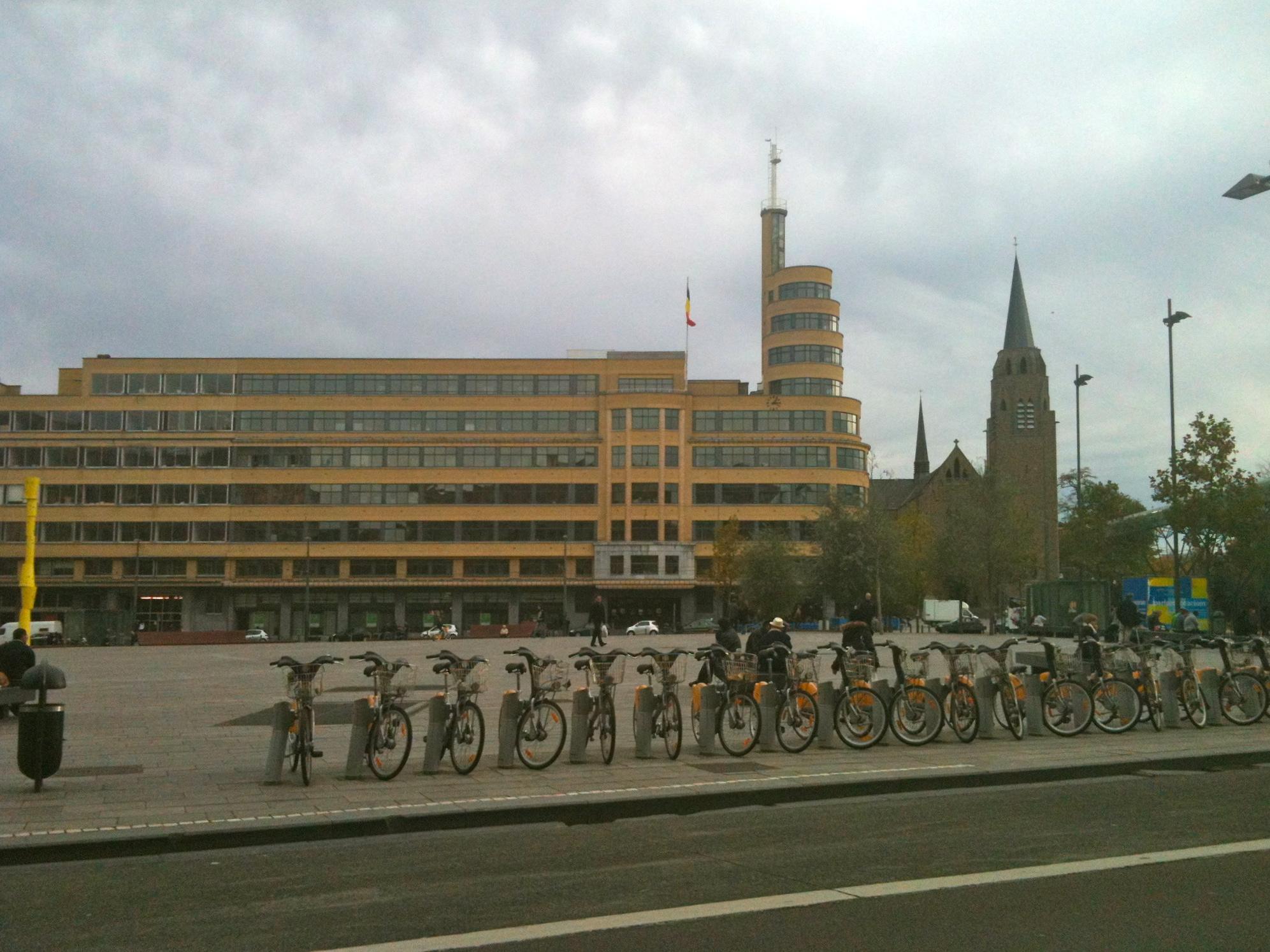 Vision terrible de deux minarets concurrents, à Bruxelles.
