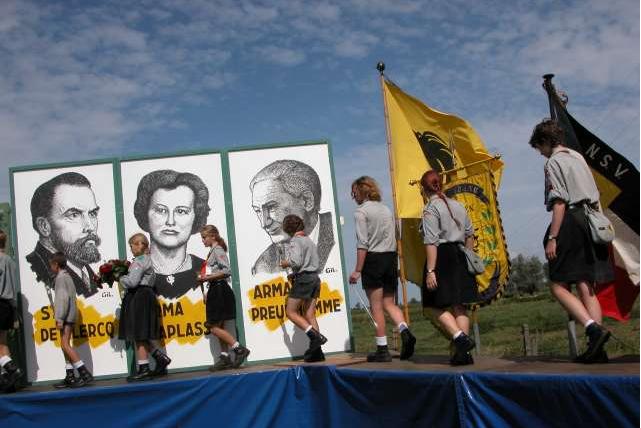 À gauche, le portrait de Staf De Clerck, le führer flamand, à côté de deux collabos. Dans l'assistance, le collègue de Marine Le Pen.